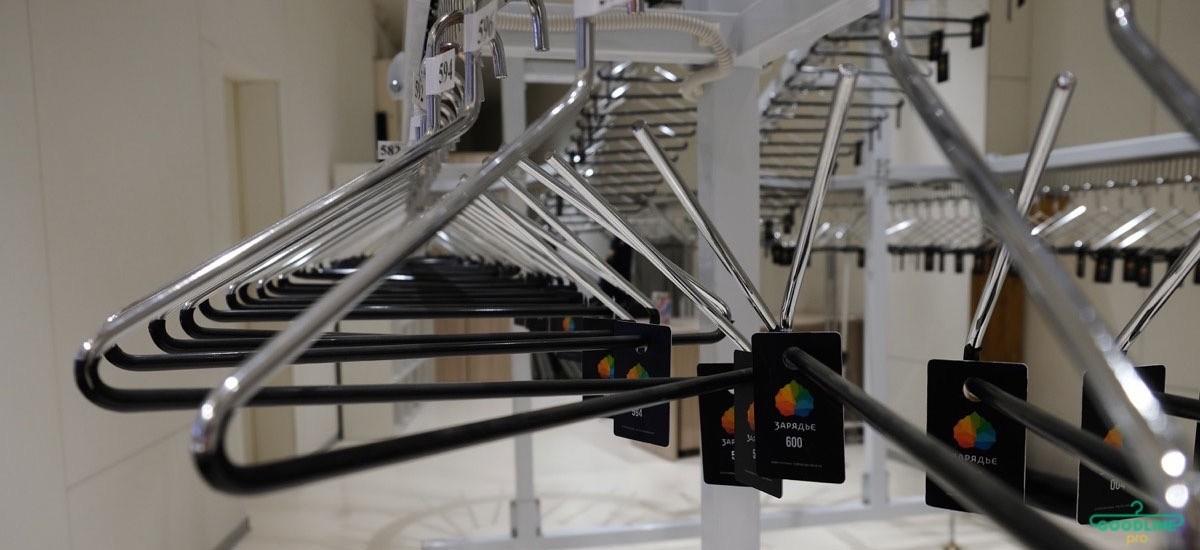 автоматический гардероб с вешалками
